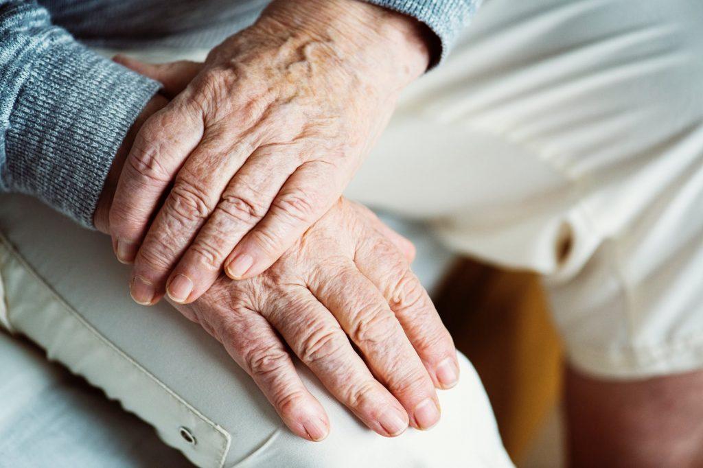 Lietuvoje labiausiai nuskriaustais laikomi pensininkai ir jaunos šeimos – apklausa